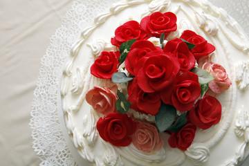 torta vista dall'alto con fiori rossi che la ornano