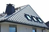 Stehfalz-Metall-Dach mit Dachfenstern und Stahl-Kaminen - 145143413