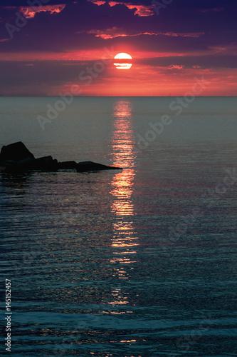 composizione verticale colori alba al mare riflesso raggio sole sul mare Poster