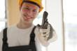 Handwerker positiv lächelnd auf einer Baustelle