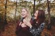 Freundinnen lachen zusammen