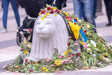 Flowers on the head of an concrete lion on Drottninggatan after the terror attack on the 7th of april.