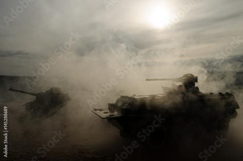 Czołgi bojowe poruszające się na pustyni we mgle. Dekoracja sceny wojennej. Żołnierski