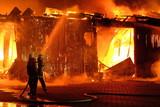 Großbrand einer Halle mit heftigem Feuer und Löscharbeiten der Feuerwehr. - 145336665