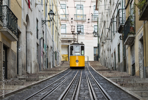 kolejowy-i-samotny-zolty-tramwaj-w-lizbonie-w-portugalii