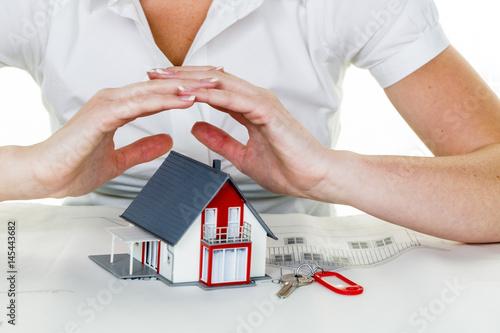 Leinwanddruck Bild Haus wird beschützt