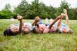 Multikulturelle Kinder zeigen Zusammenhalt