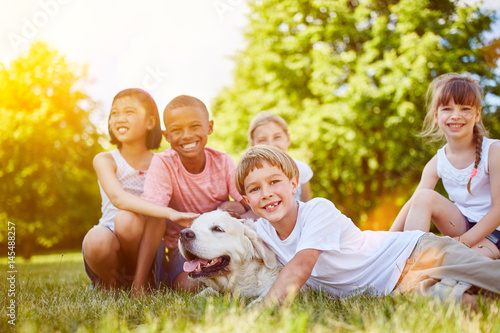 Poster Gruppe Kinder mit Golden Retriever Hund