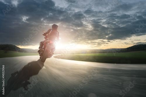 Motorrad fährt durch eine Kurve