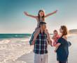 familie im sommerurlaub am strand mit kindern