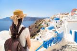 Junge Frau macht Urlaub auf Oia Santorin, Griechenland - 145797605