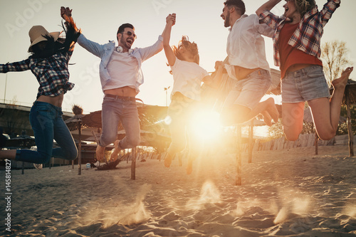 Poster Group of happy young people enjoying summer vacation