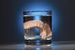 Zahnprothese im Wasserglas - 145903269