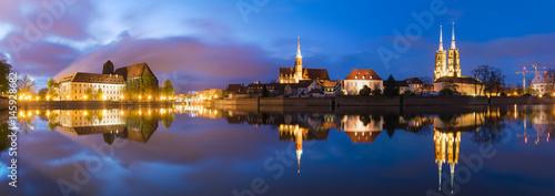 """Wrocław, Polska-nocna panorama starego miasta """"Ostrów Tumski"""""""