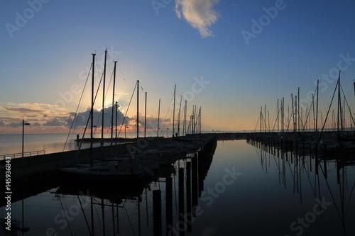 Poster Yachthafen mit Hafenbecken in Kiel Schilksee im Morgenlicht