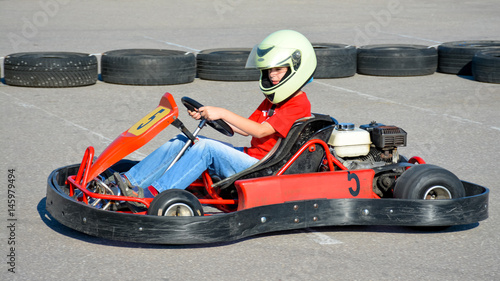 Foto op Plexiglas Motorsport teenager drives a cart