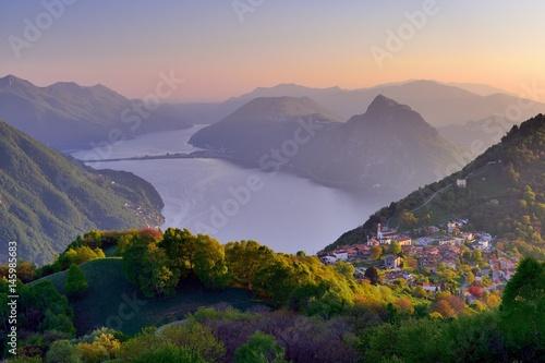 Aluminium Lavendel Sonnenuntergang über dem Luganersee und dem Bergdorf Brè sopra Lugano