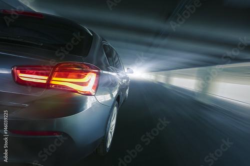 schnelles Auto von hinten im Tunnel