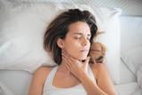 Donna a letto con mal di gola e dolori - 146064278