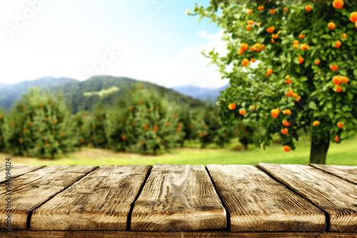 biurko i owoce