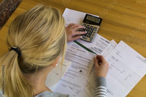 Leinwanddruck Bild Frau mit Schulden und Rechnungen