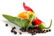 Scharfe bunte Chili und Pfefferkörner isoliert