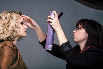 Retouche coiffure lors d'un shooting photo en studio