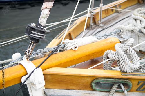 Bug eines Segelbootes mit Takelage Poster