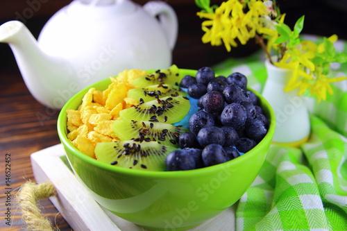 Foto op Plexiglas Milkshake завтрак в постель со свежими ягодами,киви и мюсли