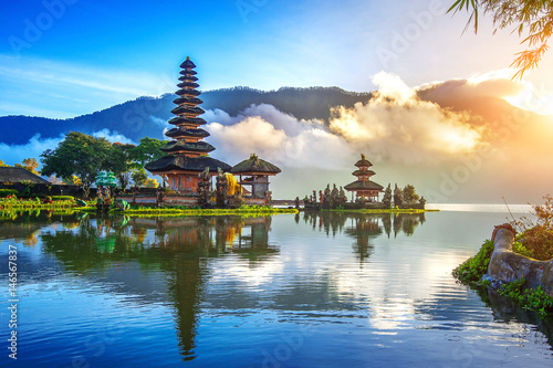 Zdjęcia na płótnie, fototapety na wymiar, obrazy na ścianę : pura ulun danu bratan temple in Bali, indonesia.