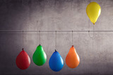 Ein Luftballon der aus einer Gruppe heraussticht - 146644266