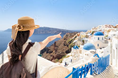 Junge Frau macht Urlaub in Santorini Oia, Griechenland