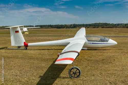 Segelflugzeug auf einem Segelflugplatz am Boden Poster