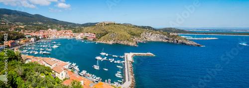 Papiers peints Photos panoramiques Panorama sur le port et le village de Porto Ercole en Toscane