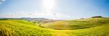 Panorama du paysage du Val d'Orcia en Toscane au soleil couchant