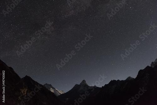 Sternenhimmel über der Ama Dablam in Nepal - zu sehen ist links außerdem der Lho плакат