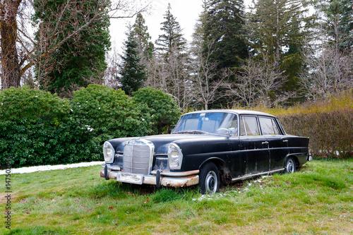 vehículo clásico abandonado Poster
