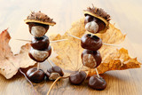 tinker little chestnut figures auf nuts and leaves - 147565490
