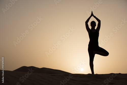 Foto op Canvas Abu Dhabi Woman exercising in the desert.