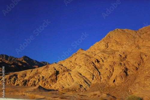 Canvas Donkerblauw Sand mountains in the desert