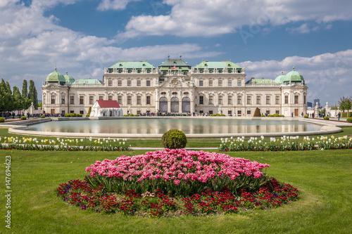 Schloss Belvedere mit Blumen und Brunnen in Wien Poster