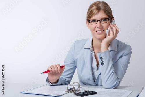 Junge frau mit brille sitzt am schreibtisch und for Schreibtisch 90x60