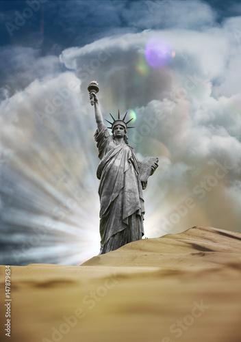 statue liberté droit symbole libre égaux égalité chance usa dune désert oublié a Poster