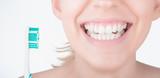 Denti bianchi con spazzolino, cura dei denti  - 147961624