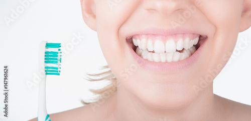 Denti bianchi con spazzolino, cura dei denti