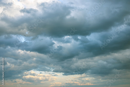 Poster Dramatic view of sky with clouds at sunset
