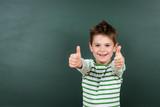 kind zeigt daumen begeistert hoch - 148311671