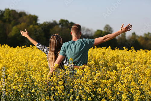 Tuinposter Oranje Junges Paar genießt die Natur im Frühling