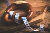 Brezel mit bayerischem Schleifenband