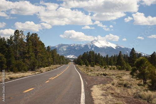 Fotobehang Route 66 Highway and mountain landscape near Flagstaff Arizona